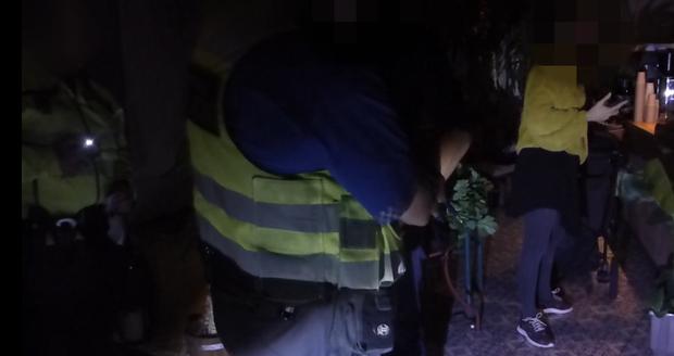 Opilá matka nechala dítě v kočárku před hospodou. Strážníci ho našli ve dvě hodiny ráno  plačící