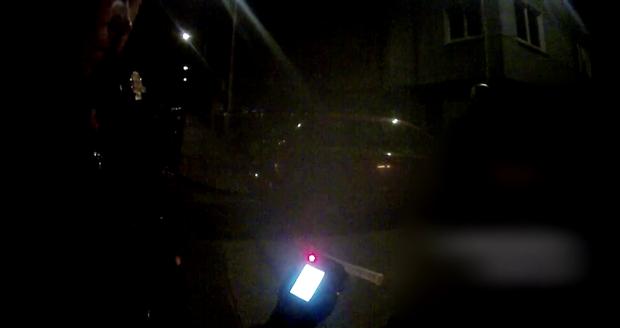 Displej alkotesteru zářil nocí. Opilý řidič audi nadýchal 2,52 promile.