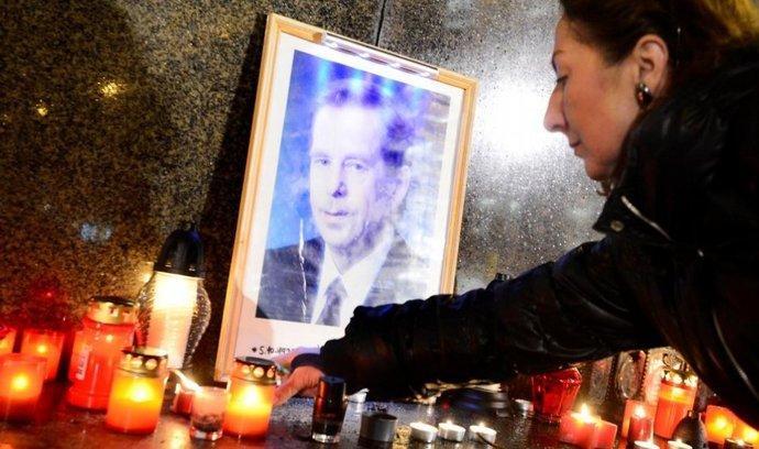 Horní část Václavského náměstí v Praze v noci na 18. prosince. Lidé si tu připomínali první výročí úmrtí bývalého prezidenta Václava Havla.