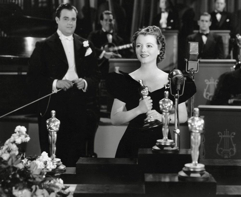 1929 - Janet Gaynor získává jako první žena Oscara. A rovnou za tři filmy. Fotografie je nicméně z jejího filmu A Star is born, za který byla nominovaná v roce 1937.