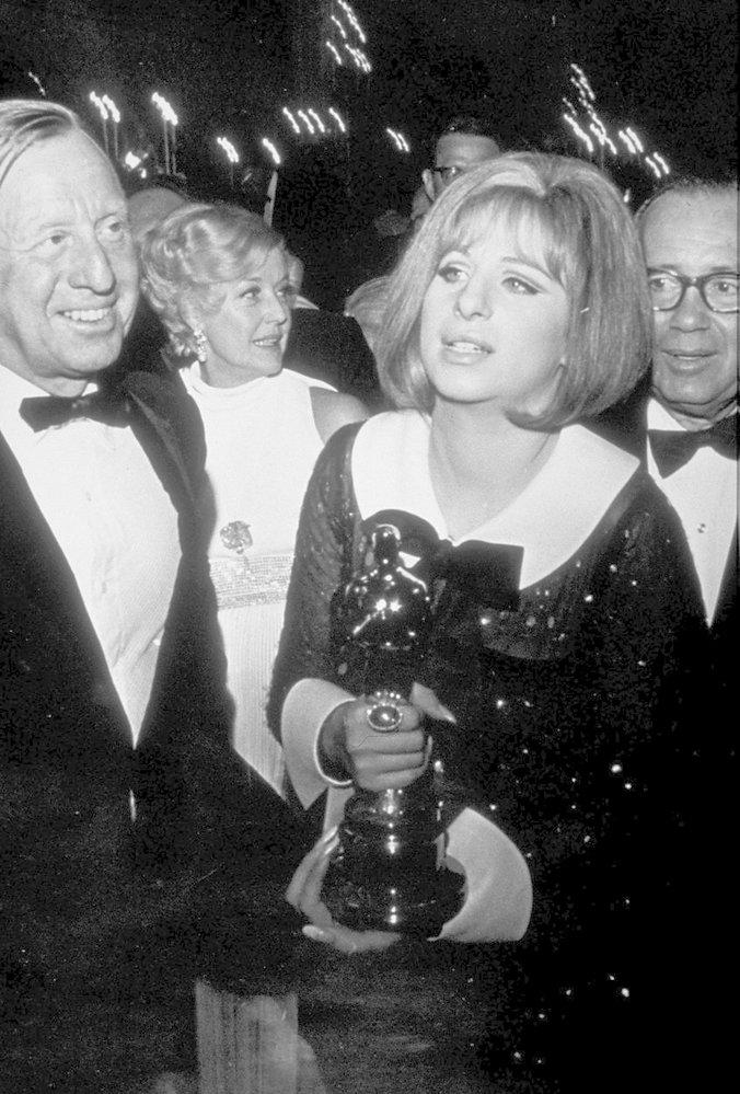 1969 - Barbra Streisand s Oscarem za Funny Girl. Poprvě a naposledy se ovšem sošky za hlavní ženský herecký výkon rozdaly dvě - druhou získala Katharine Hepburn.