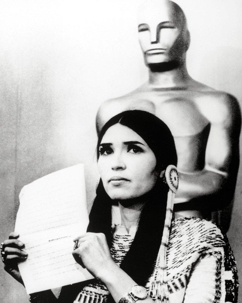 1973 - Marlon Brando získal Oscara za legendární film Kmotr. Cenu však odmítl a na pódium poslal Sacheen Littlefeather, která přednesla jeho protest proti tomu, jak filmový průmysl vykresluje americké indiány.