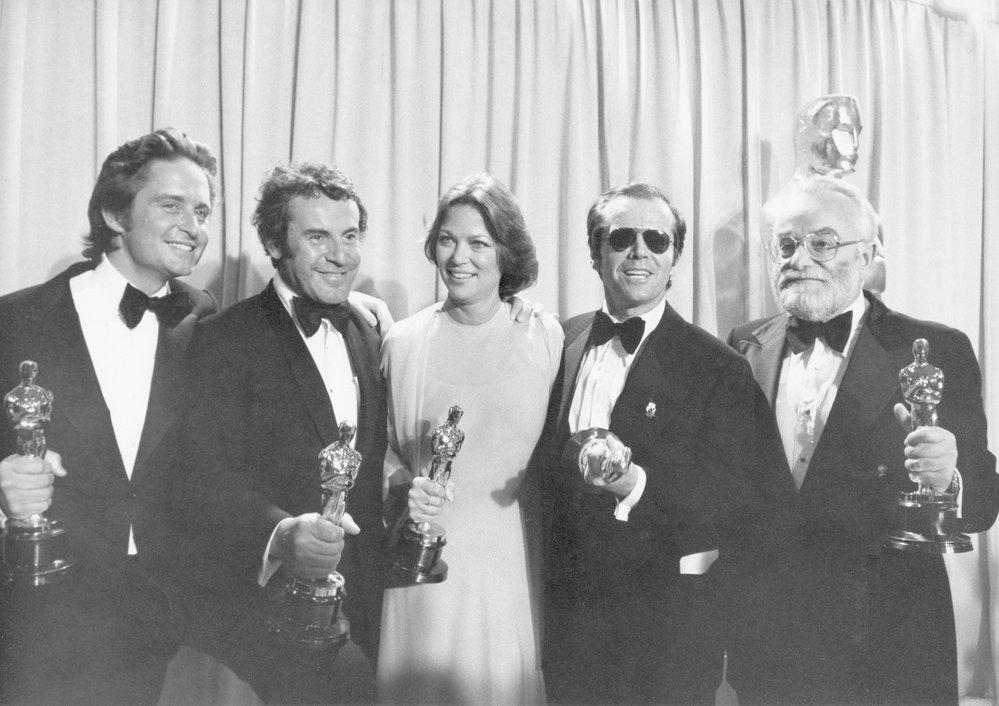 1976 - Obrovský úspěch pro Miloše Formana, Jacka Nicholsena, Louise Fletcher a Michaela Douglase. Všichni byli oceněni za film Přelet nad kukaččím hnízdem.