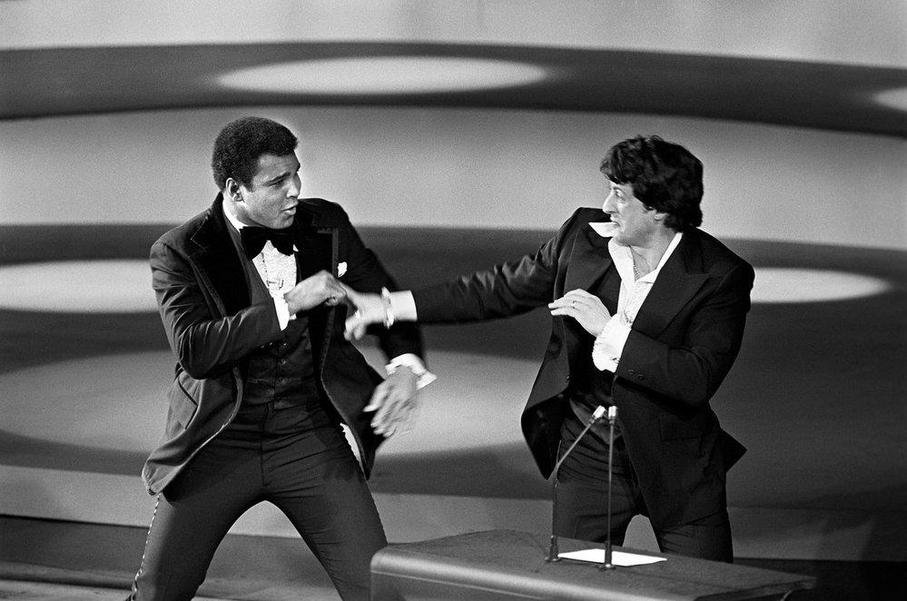 1977 - Kdo by to byl řekl. Sylvestr Stallone získal Oscara za nejlepší film a režii za film Rocky. Na pódiu si to rozdal s Muhammadem Alim.