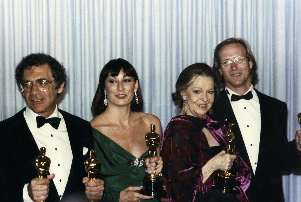 1986 - Opět silný ročník! Anjelica Huston si odnesla sošku za film Čest rodiny Prizziů. Slavil i režisér Sydney Pollack s filmem Vzpomínky na Afriku.
