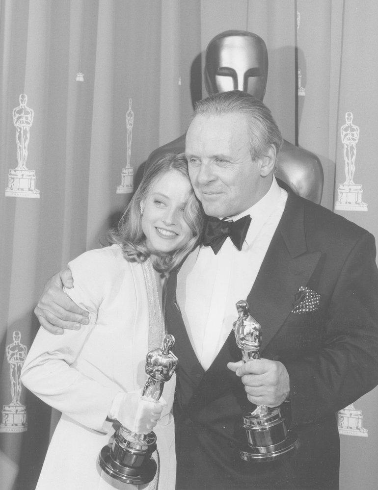 1992 - Jodie Foster vypadá vedle Anthonyho Hopkinse jako jeho vnučka. Oba jsou hvězdy večera. Ona za výkon nezlomné policistky, on za brilantního psychopata. Mlčení jehňátek se zapsalo do dějin Hollywoodu.