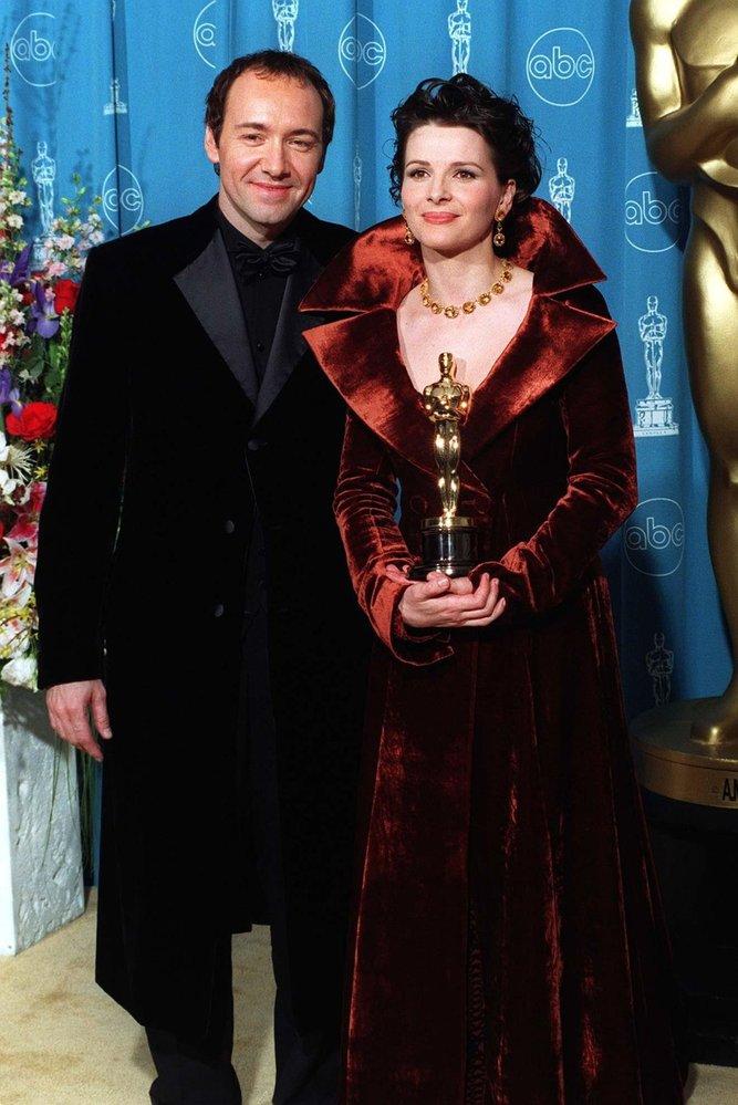 1997 - Juliette Binoche sice vyhrála za vedlejší herecký výkon, přesto byla hvězdou večera. Stejně jako film Anglický pacient, za kterou sošku získala.