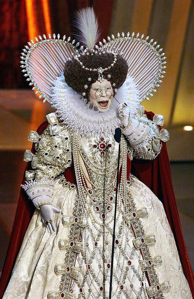 1999 - Úchvatná moderátorka večera Whoopi Goldberg jako African Queen reauguje na množství nominovaných filmů, které se odehrávají v alžbětinské době.