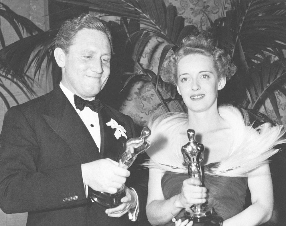 1939 - Úchvatná Bette Davis získala cenu za film Jezábel. Vedle ní stojí ještě úchvatnější Spencer Tracy.