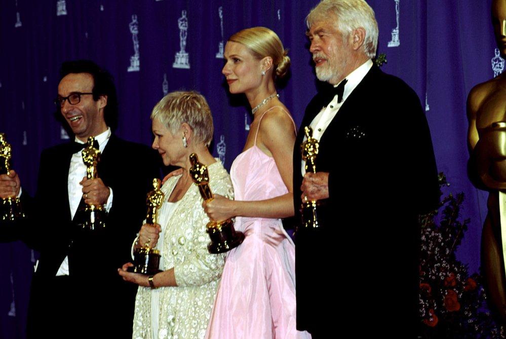 1999 - V Hollywoodu se s filmy z alžbětinské doby roztrhl pytel. Slavil film Zamilovaný Shakespeare. Strhující výkon Cate Blanchett ve filmu Elizabeth zůstal pouze u nominace.