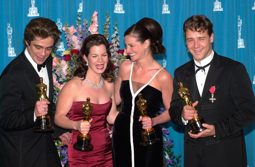 2001 - Silná čtyřka! Julie Roberts slaví jako Erin Brockovich, Russell Crowe jako Gladiátor, Benicio del Toro uchvátil ve filmu Traffic a Marcia Gay Harden ve filmu Pollock.