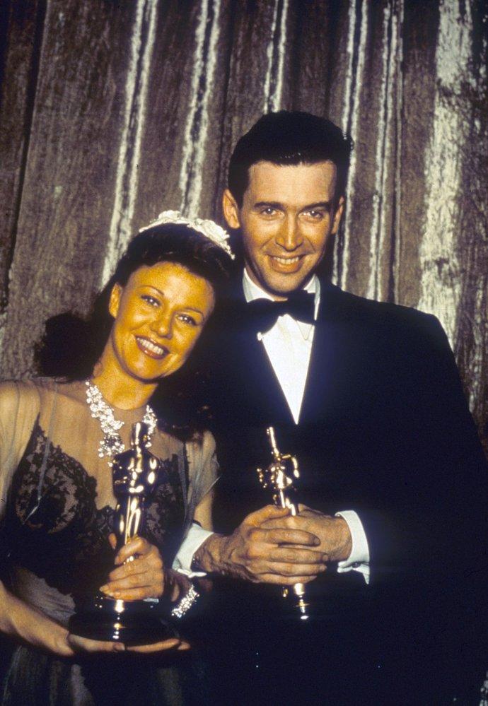 1941 - James Stewart a Ginger Robers jako hlavní vítězové večera. Stewart byl první hollywoodský herec, který narukoval do 2. světové války.