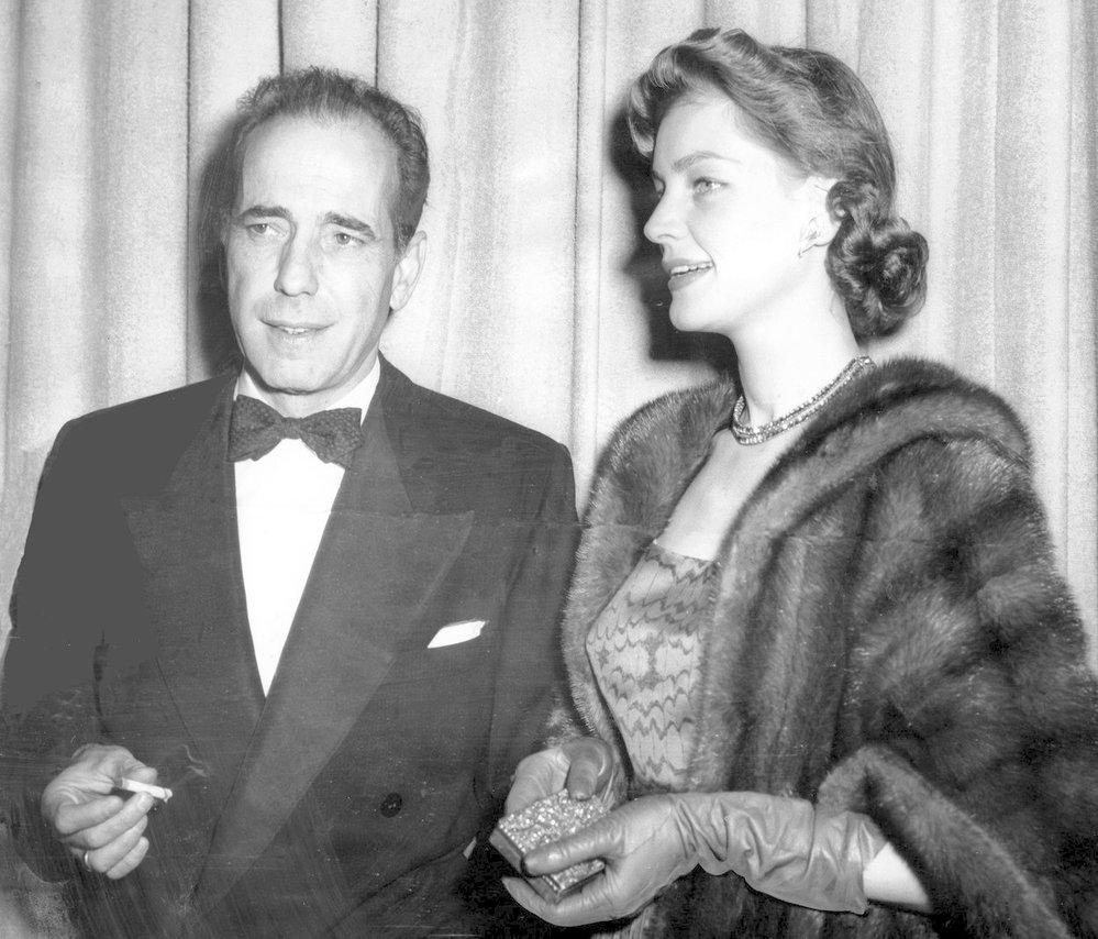1952 - Humphrey Bogart se svou ženou Lauren Bacall. Bogart si ten večer odnesl cenu za výkon ve filmu The African Queen.