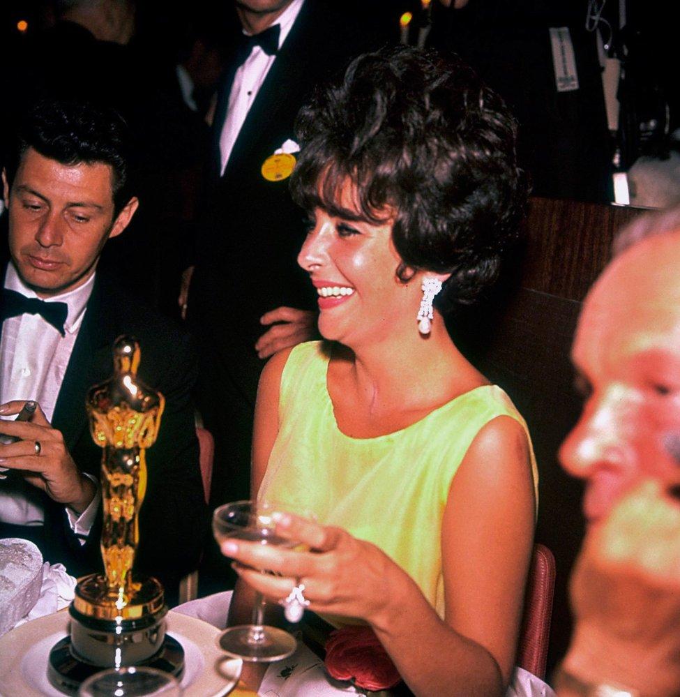 1961 - Štastná a jedinečná Elizabeth Taylor je nejlepší herečkou za film Butterfield 8, ve kterém se jí hrát ale vůbec nechtělo