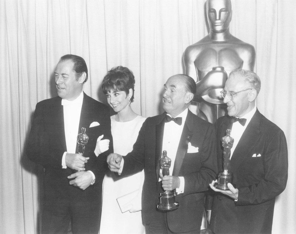1965 - Audrey Hepburn sice cenu za hlavní ženský výkon ve filmu My Fair Lady nevyhrála (sošku získala Julie Andrews za Mary Poppins), nicméně její slavný herecký kolega a filmový partner Rex Harrison si sošku odnesl.