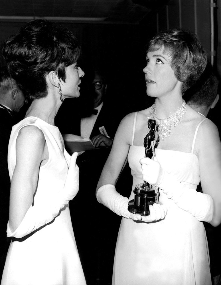 1965 - Julie Andrews získala Oscara za hlavní ženský herecký výkon ve filmu Mary Poppins. Byla to veliká náplast za to, že ji neobsadili do filmové verze My Fair Lady, kterou do té doby hrála na Brodwayi (roli získala Audrey Hepburn).