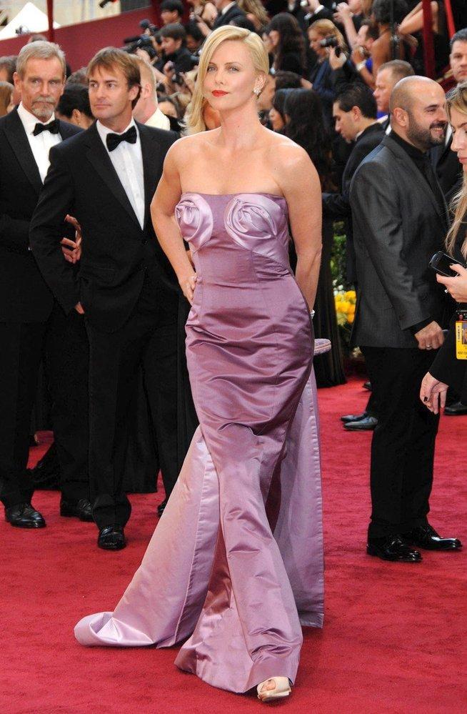 Charlize Theron v šatech Dior, 2010