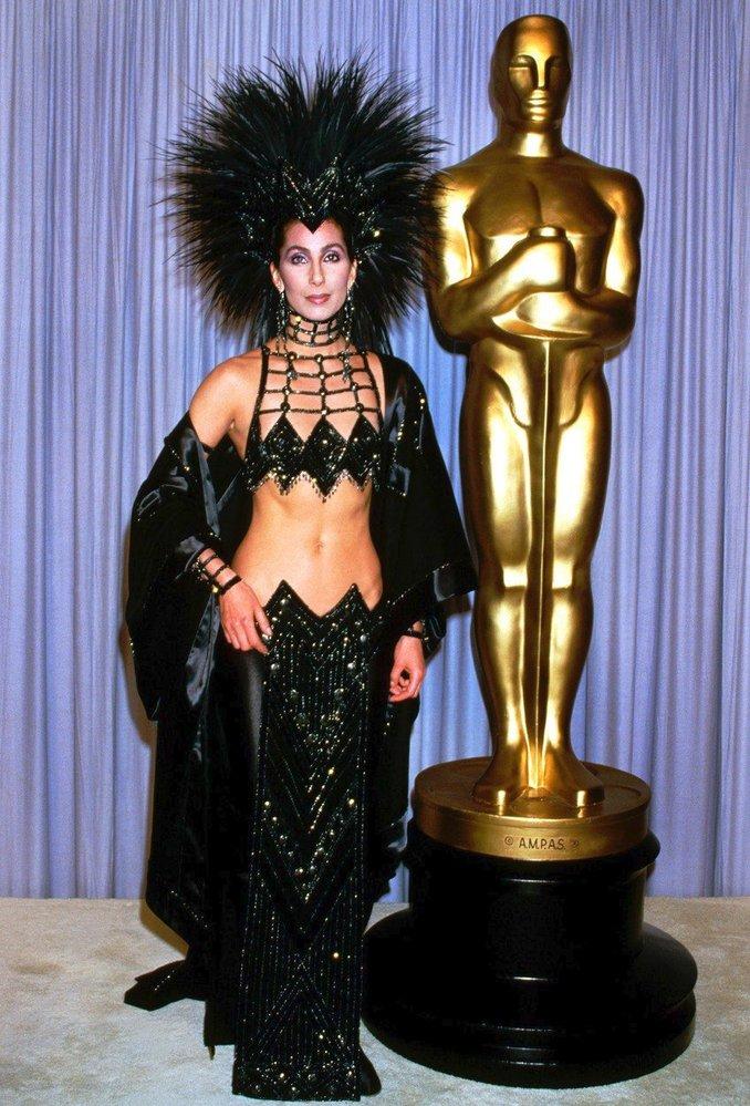 Cher v šatech Bob Mackie, 1986