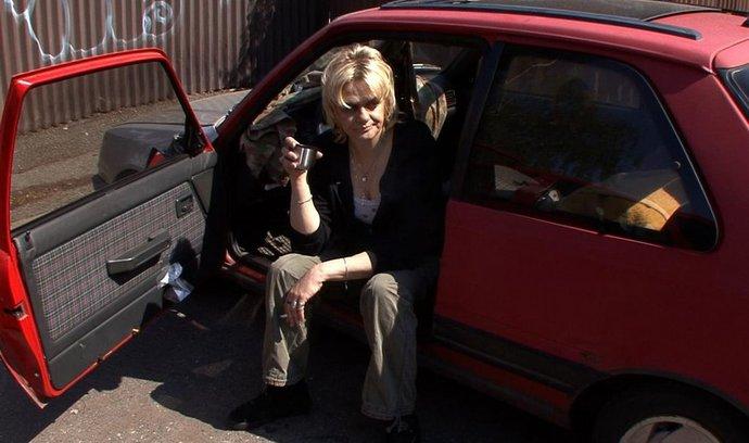 Osobitá Mallory musí vydržet bez drog a přes rok i bez domova
