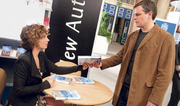Osudné setkání. Novinářka Marie(Cécile De France) se setkává s Georgem (Matt Damon)