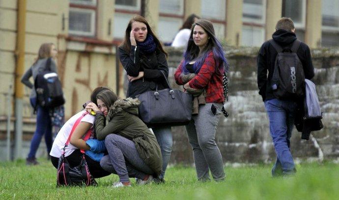 otřesené studentky Střední školy obchodní a služeb ve Žďáru na Sázavou po smrtícím útoku 26leté ženy