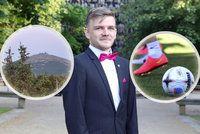 S anglickými studenty zdolával Sněžku v bouřce, romské děti učí fotbalu. Ottovým (20) vzorem je britský princ