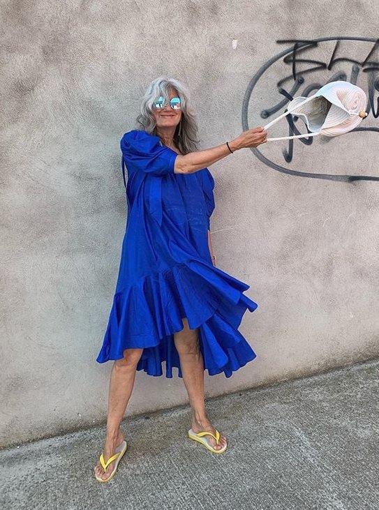 Královsky modré rozevláté šaty jsou přesně to, co v létě potřebujete!