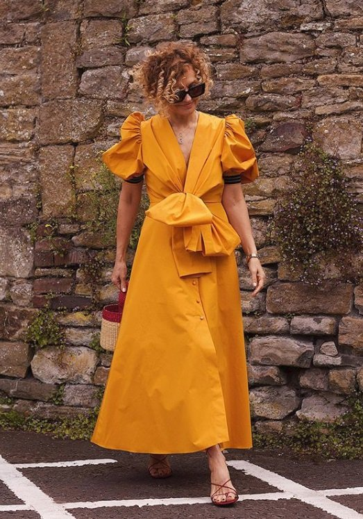 Midi šaty s balónovými rukávy unosíte po celé léto!