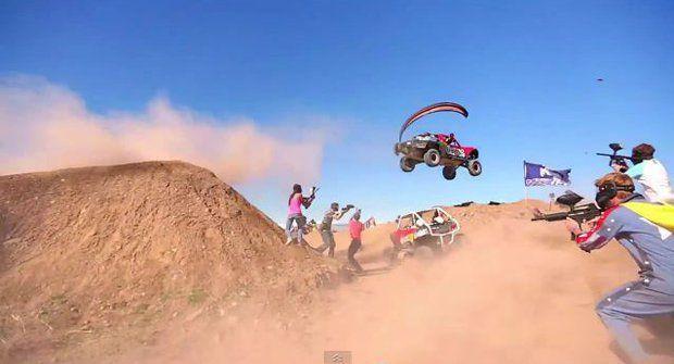 Kryjte se! Epická paintballová bitva s motorkami a bugínami