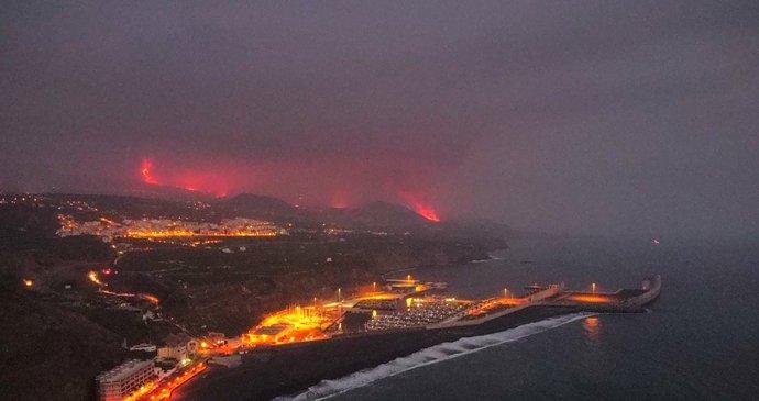 Lava von einem Vulkan auf den Kanarischen Inseln hat das Meer erreicht