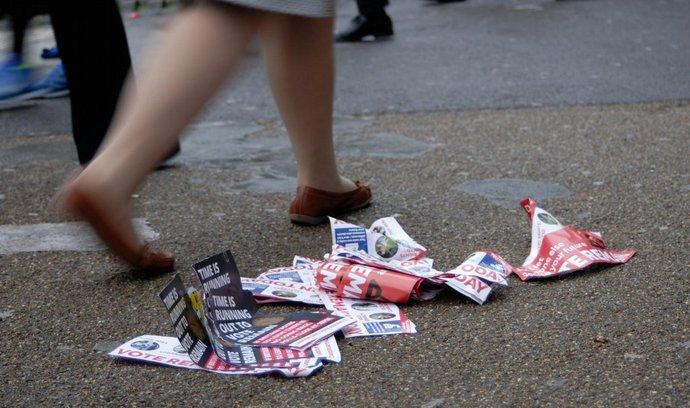 Památky referenda - nevyužité letáky se s blížícím se večerem hromadí tam, kde je lidé odhodili