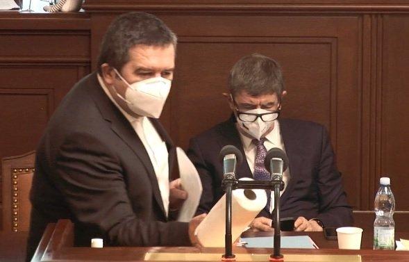 Pandemický zákon ve Sněmovně: Poslanec Volný vystoupil bez roušky, Hamáček i po dezinfekci opatrně s použití papírové role zvedal mikrofon (18.2.2021)