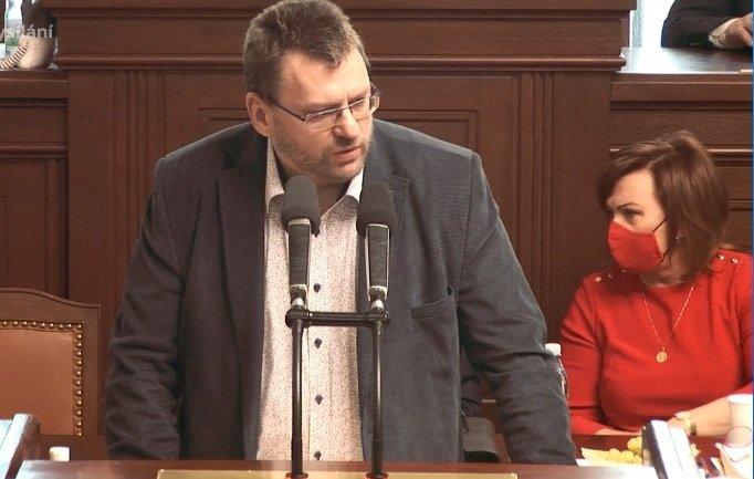Sněmovna o pandemickém zákonu: Poslanec Lubomír Volný si opět nevzal roušku (18.2.2021)