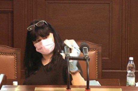 Pandemický zákon ve Sněmovně: Po poslanci volném museli vydezinfikovat řečnický pultík (18.2.2021)