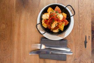 Znáte fritované brambory papas bravas? S pikantní omáčkou je budete zbožňovat!