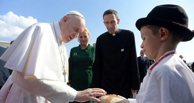 Papeže na Slovensku vítala Čaputová v zelených šatech. František zmínil pomoc i varování