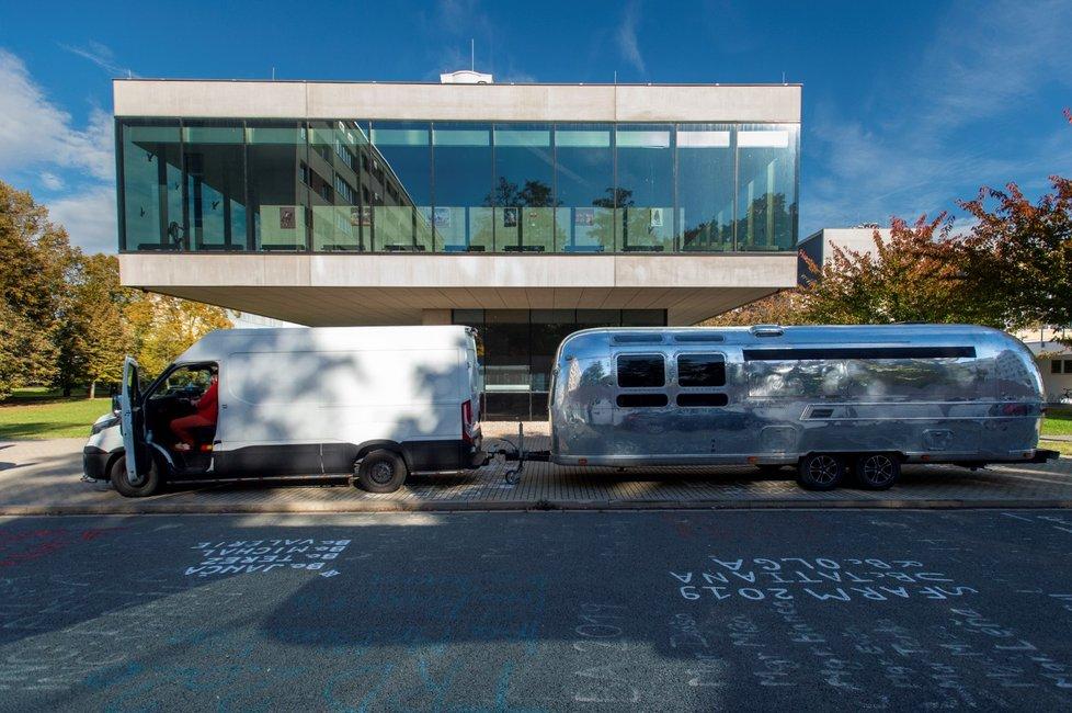 Do univerzitního kampusu v Pardubicích dorazil očkovací kamion s vakcínami proti koronaviru. Pro velký zájem se očkovalo v jedné z budov univerzity (20. 10. 2021)