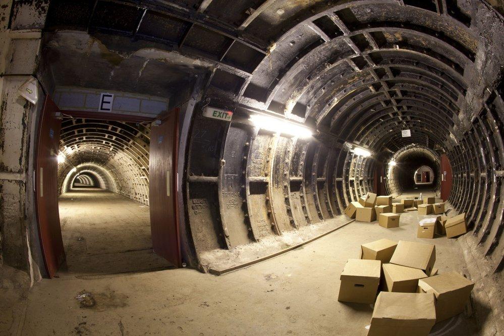 Tunel využívaný jako skladiště pod londýnskou zastávkou metra Clapham North