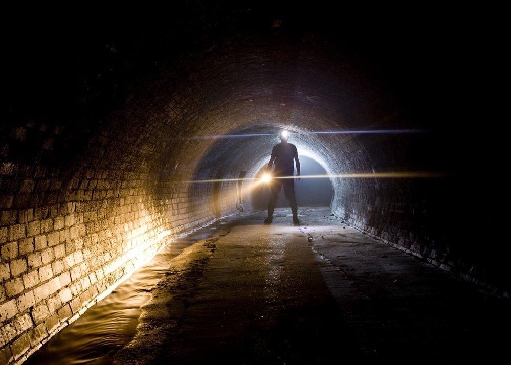 Průzkumník Steve Duncan v podzemí pod Londýnem