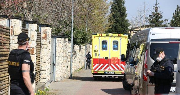 Policisté vypátrali hledaného chlapce (14) v Dolních Chabrech. Ukrýval se poblíž domu, kde té noci došlo k útoku nožem na starší ženu a jejího syna. (28. duben 2021)