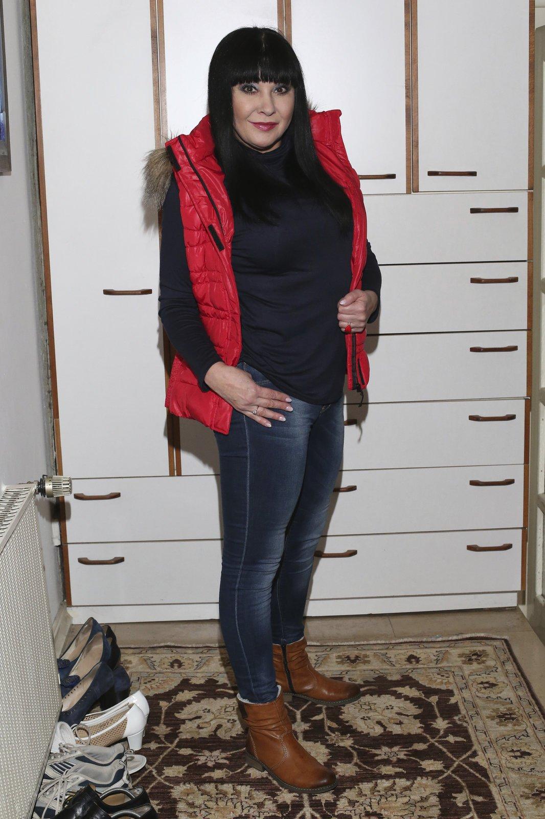 """Vesta ze Slavkova: Červená vesta s kapucí patří mezi nejoblíbenější kousky. Herečka ji nosí na procházky se psem: """"Koupila jsem si ji ve Slavkově po představení. K nelibosti řidiče jsem objevila skvělou prodejnu a strávila tam 2 hodiny. Stála jen 1500 korun!"""""""