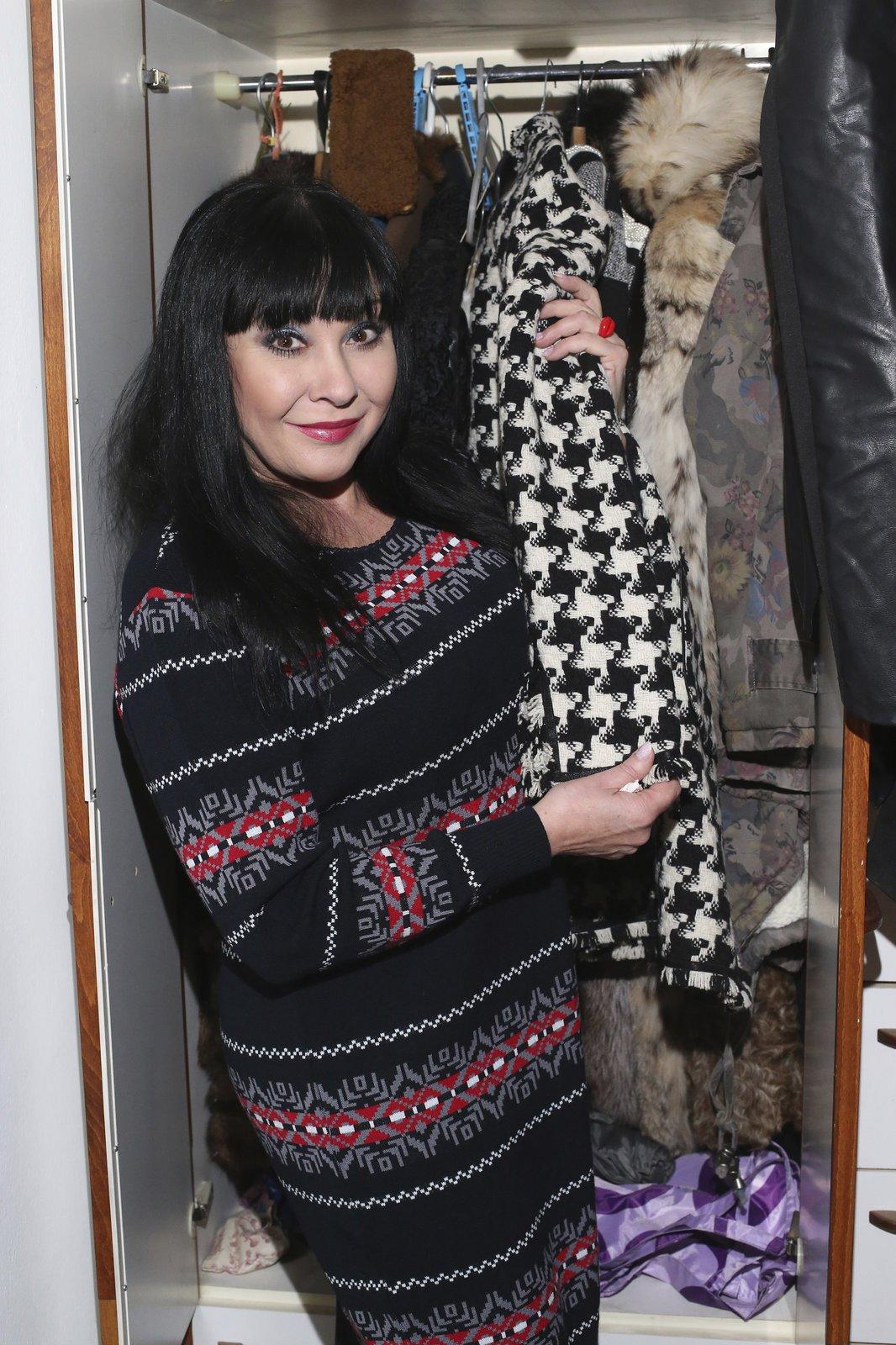 """Vánoční model: Úpletové šaty jsou z dílny beaty Rajské: """"Když mě viděla dcera Anička, hned mi ty šaty vyčetla, protože mají její oblíbený vzor. Takže je pravděpodobné, že je nebudu nosit sama. Říkám jim mikulášské nebo vánoční."""""""