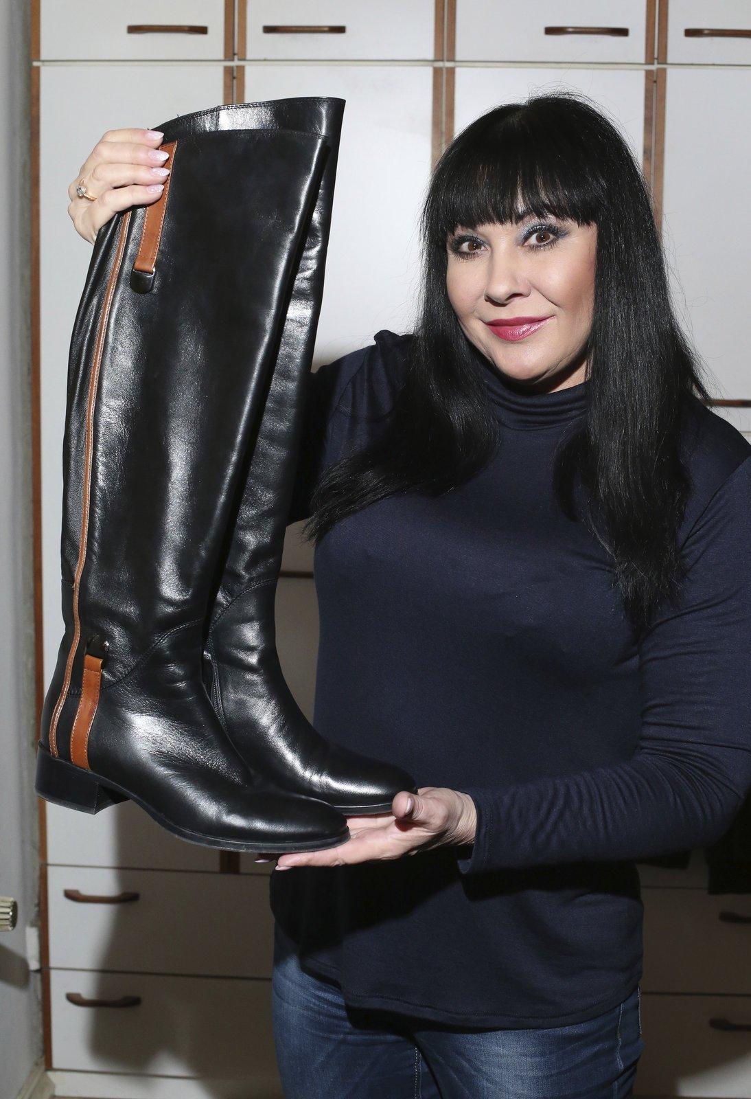 Starý ženský trik: Starý ženský trik s vysokými holinkami. Kozačky dělají krásné nohy, hlavně když jsou těsně nad kolena.