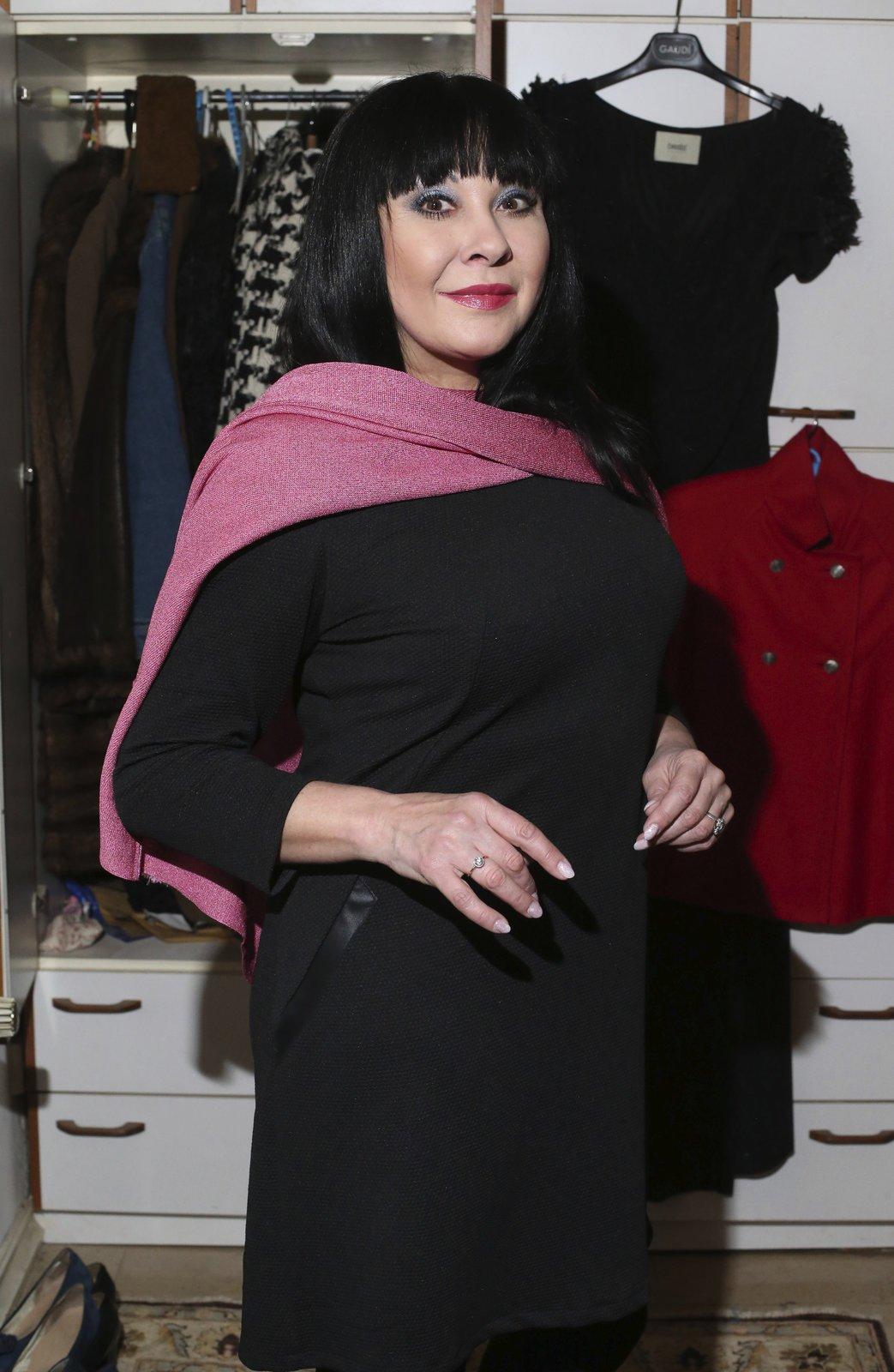 """Univerzálky: Krátké černé šaty si koupila v Opavě v butiku s českou módou. Na zádech mají jako ozdobu zlatý zip: """"Takové univerzální šaty nesmí v šatníku chybět. Nosím je s červenou pelerínkou, nebo s růžovým plédem. Pokaždé vypadají trochu jinak."""""""