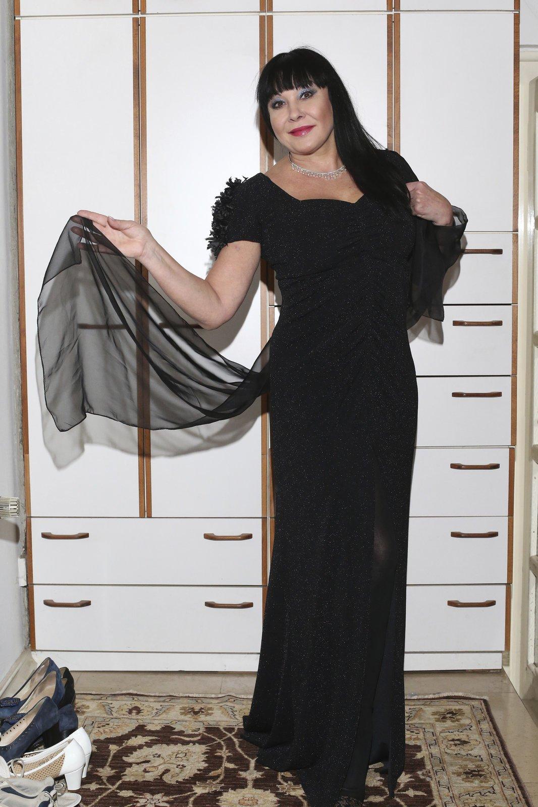 """Černý sen: Velká večerní róba je z dílny Beaty Rajské. """"Původně jsem šla k Beatě pro nějaké univerzální sako. Ale tyhle šaty mě omámily. Dokazují, že návrhářka umí oblékat nejen hubené manekýny, ale taky ženy, které mají prsa,"""" svěřila se Dáda."""