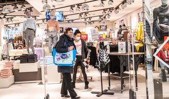 Lidé se v květnu vrátili do kamenných obchodů, nakupovali i on-line
