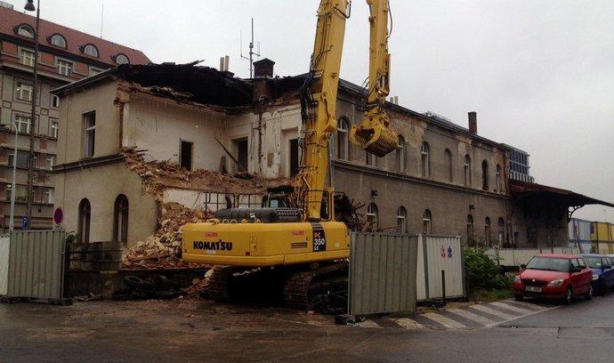 Demolicí domu bývalé celnice na Masarykově nádraží v Praze