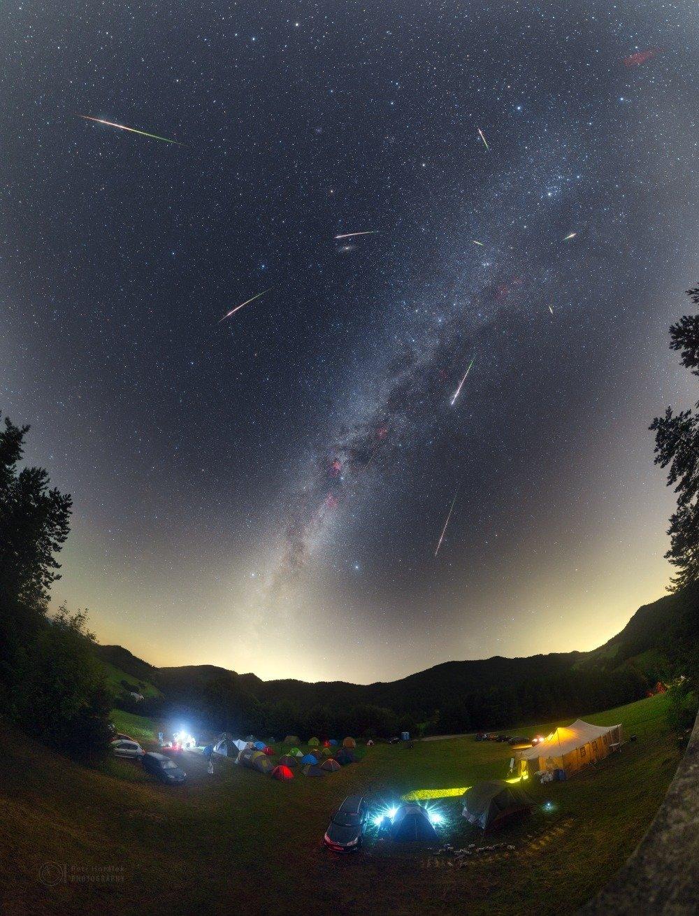 Dlouhé letní noci nabídnou pohledy na meteory.