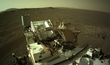 Povrch planety Mars z pohledu roveru Perseverance