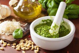 Domácí pesto 8x jinak: Z medvědího česneku, bazalky a dalších bylinek i zeleniny